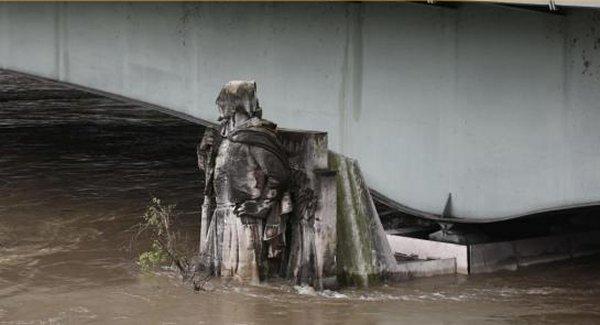 Le Zouave sous l'eau de la Seine